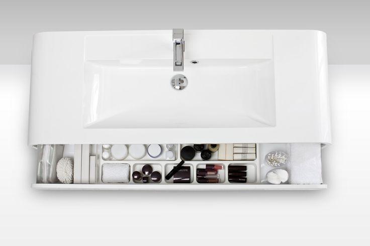 Svedbergsin Style -alaosakaapeissa on runsaasti säilytystilaa pientavaroille. - Svedbergs Style sink cabinet is equipped with plenty of room for keeping small items in order.