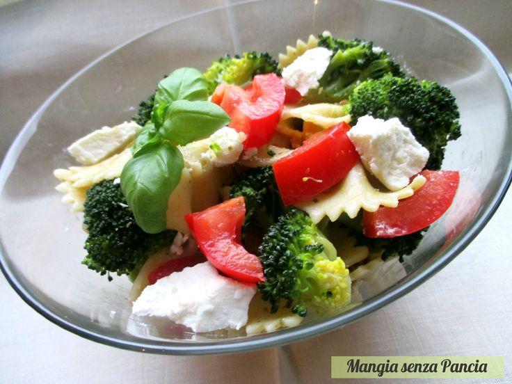 Una gustosa insalata di pasta con broccoli e caprino da preparare per un pasto veloce o anche da mettere nel cestino del picnic o del pranzo da asporto.