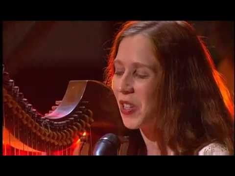 Cécile Corbel - Brian Boru (Renaissance) 2011 Comme le chant des pierres Qui résonnent en silence Comme l'eau qui serpente Et qui gronde sous moi Tu sais je ...