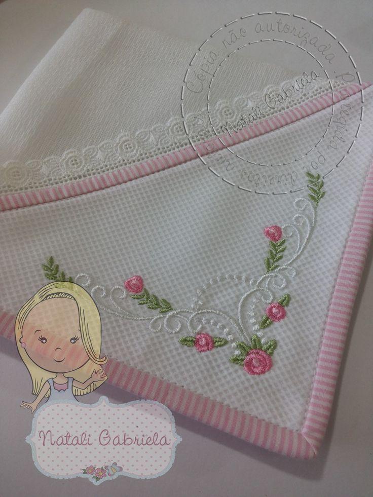 Fraldinha de boca, dupla,estilo provençal.  Canto de pique bordado à máquina.  Viés de tecido 100% algodão em volta de toda a peça.  Valor e prazo de produção referente à unidade.