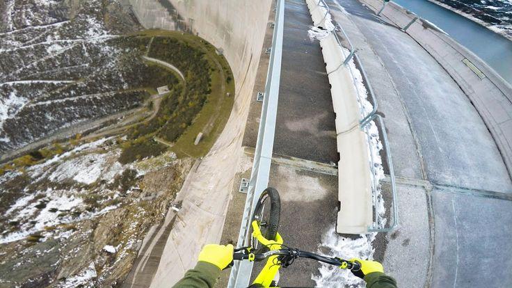 VIDÉO : Le rider autrichien Fabio Wibmer roule en vélo sur la rambarde du barrage Kölnbrein en Autriche, l'un des plus hauts d'Europe.