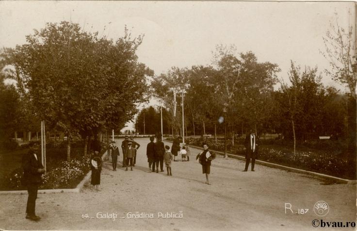"""Grădina Publică, Galati, Romania, anul 1933, http://stone.bvau.ro:8282/greenstone/collect/fotograf/index/assoc/J1FI1892.dir/1FI1892.jpg.  Imagine din colecţiile Bibliotecii Judeţene """"V.A. Urechia"""" Galaţi."""
