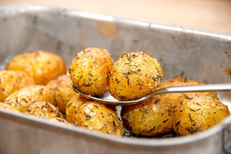 Ovnbagte timiankartofler, der laves af små kartofler. Vend dem med lidt olivenolie og timian, og bag dem en halv times tid i ovnen. Foto: Guffeliguf.dk.
