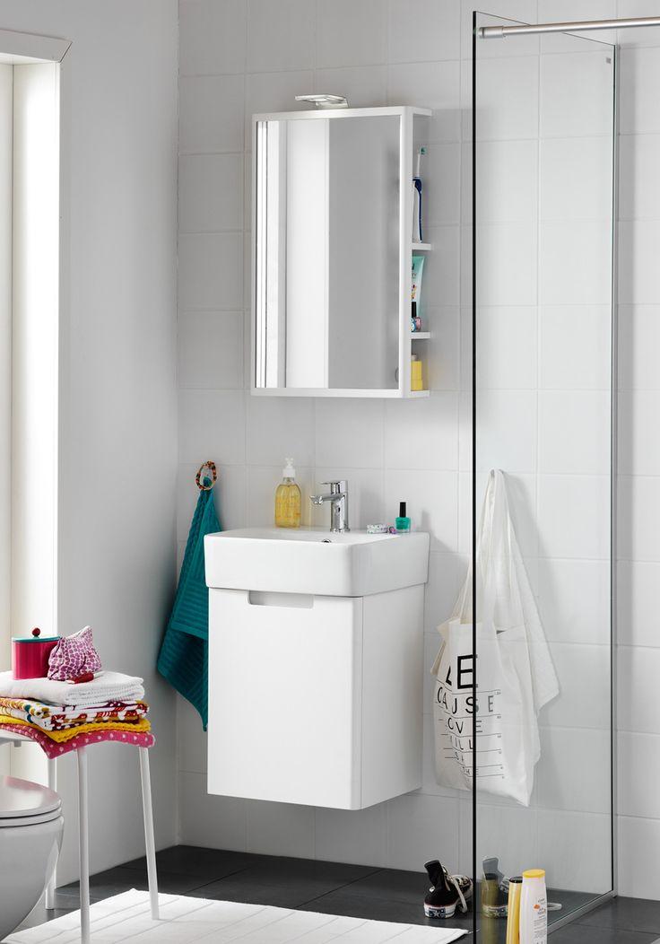 Hvit baderomsinnredning med lekker design. Speil med lys og ...