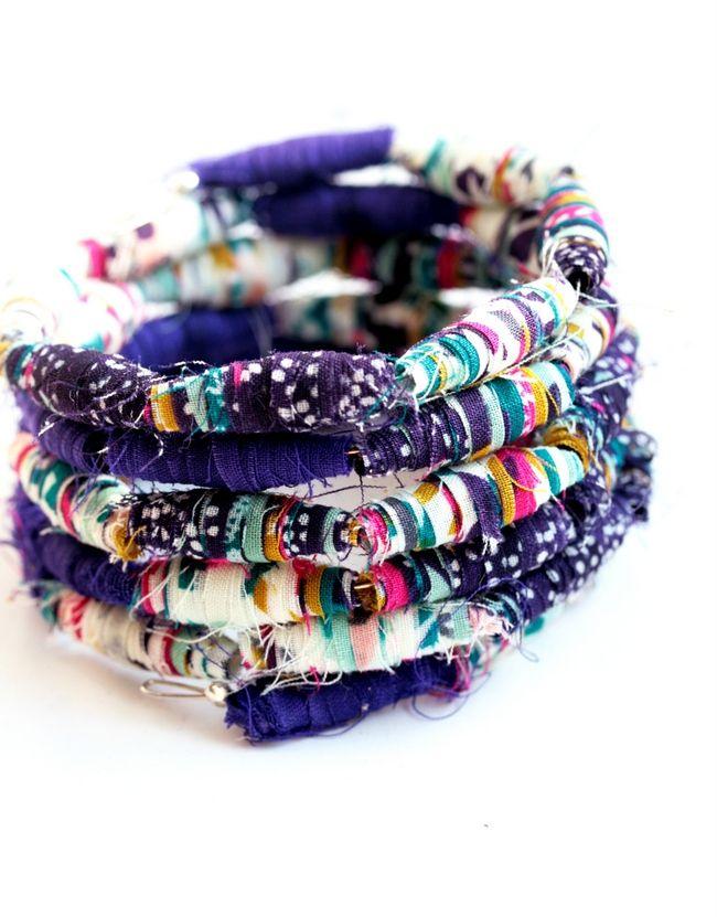 Bracciale con Perle di Stoffa http://www.lovediy.it/bracciale-perle-stoffa/ La tecnica #quilling per riciclare la stoffa e creare uno splendido #bracciale...