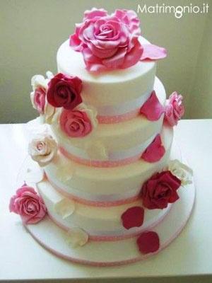 torta nuziale con fiori rosa.