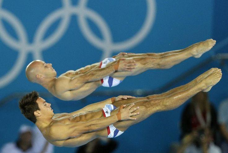 Los británicos Thomas Daley (al frente) y Peter Waterfield durante su ejercicio en la competición de salto de plataforma de 10 metros.  MICHAEL SOHN (AP)