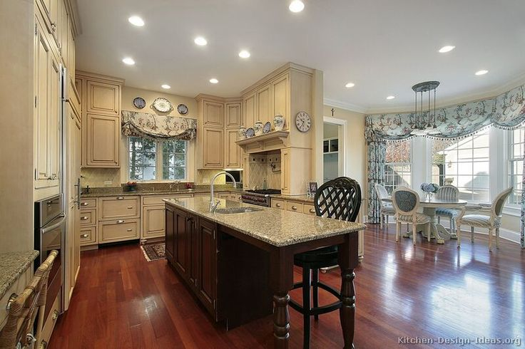 Traditional Two-Tone Kitchen Cabinets #12 (Kitchen-Design-Ideas.org)