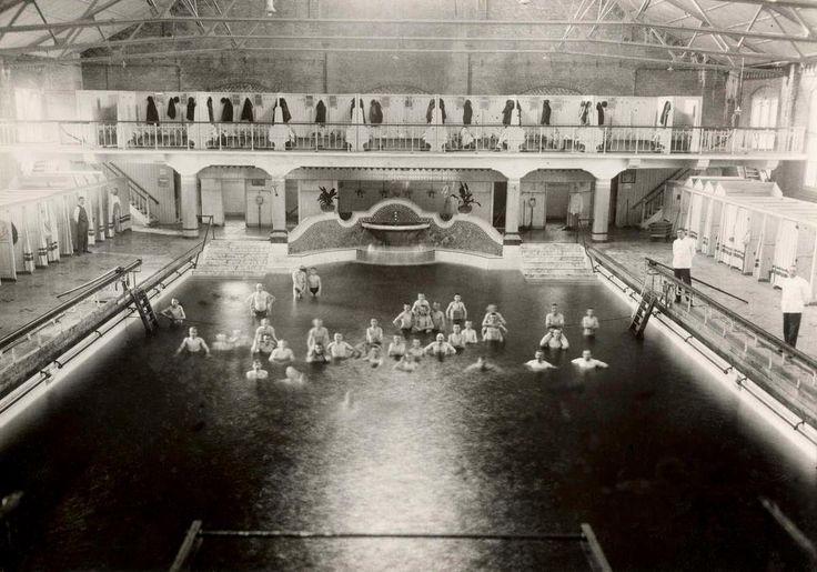 Wie heeft hier niet gezwommen... Zuiderbad aan de Hobbemastraat, 1919. Zeven jaar na opening.