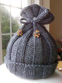 A simple hat for a newborn baby. There are no decreases, just knitting and purling - perfect for beginners. A sweet little knit that works up quickly. Enjoy!