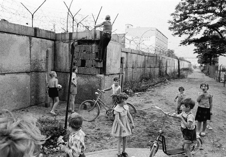 Thomas Hoepker: Kinder spielen auf der Westseite der Berliner Mauer, 1963