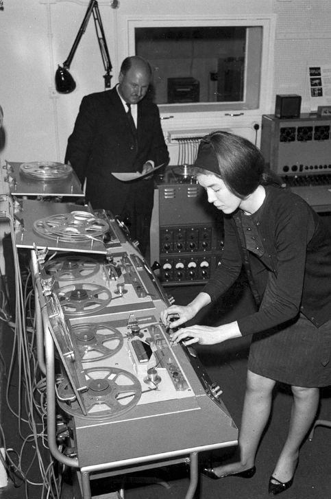 zeroco:  (via Daphne Oram And Delia Derbyshire: The BBC Radiophonic Workshop Gallery   Binary Heap)