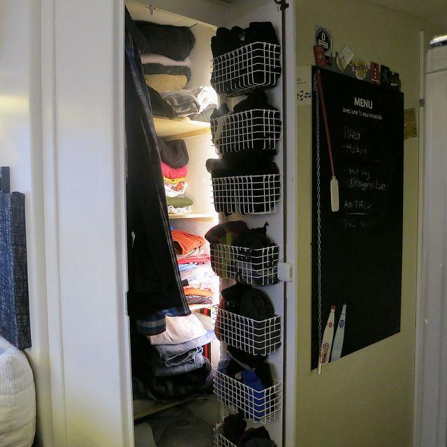 Sortierung im Kleiderschrank des Wohnmobil mit Körben von IKEA.