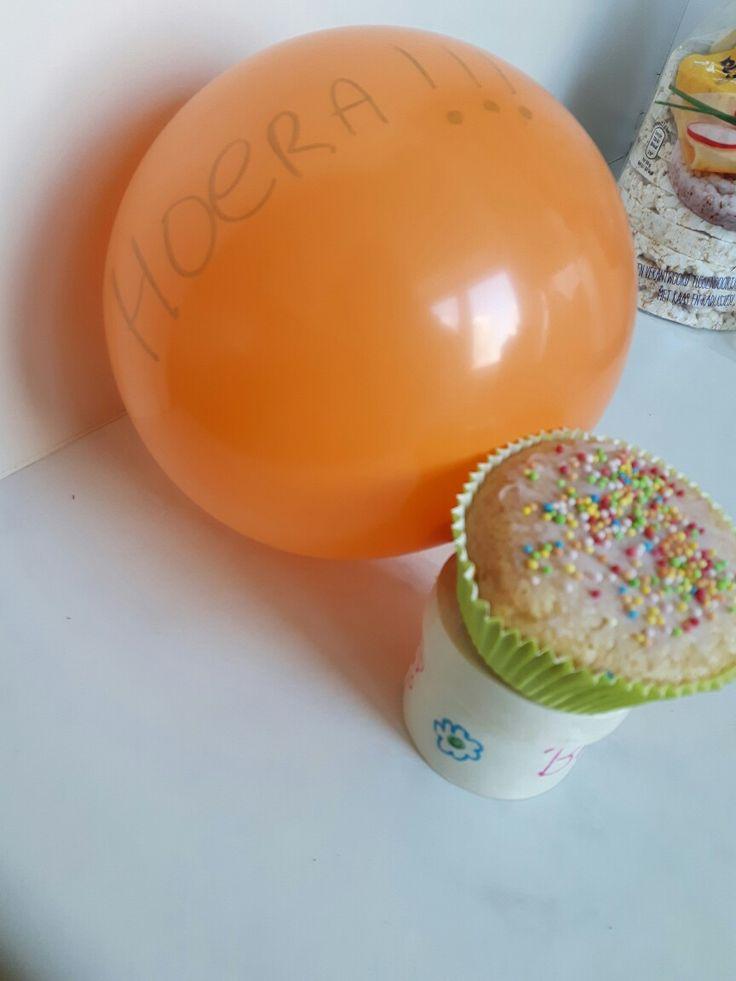 verjaardag traktatie ballon met cupcake klein doosje xenos met 2 zakjes haribo erin..