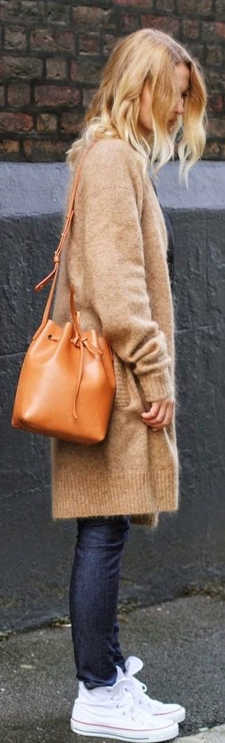 Ideal Fall Winter street style sporty chic style light brown handbag camel