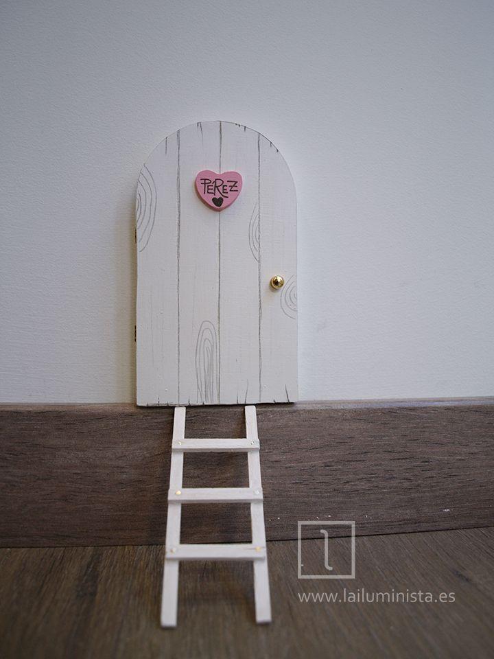 Puerta para el ratoncito Pérez que se abre en color blanco y rosa. En su interior descubrirás la cueva a través de la cual viaja Pérez hasta el mundo de los niños para dejar su sorpresa.