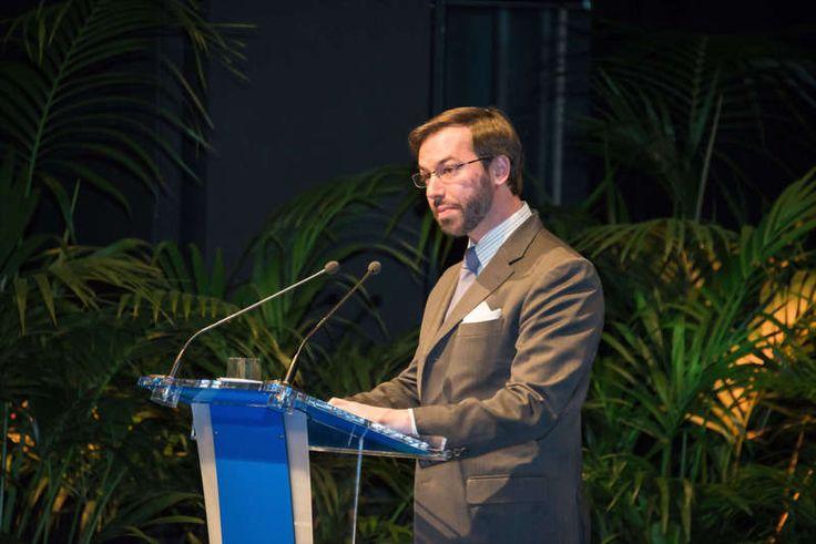 Les Cours ducaux Luxembourgeois: Grand-Duc héritier assiste à une cérémonie de remise des diplômes