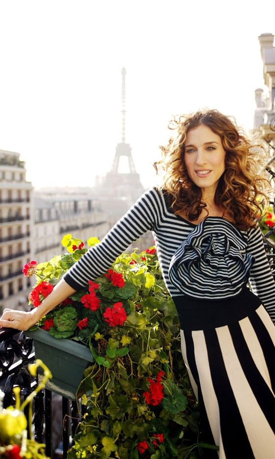"""""""Carrie Bradshaw arrives in Paris wearing a Sonia Rykiel top and skirt, Season 6"""" ----... but gets her heart broken by the Russian, Aleksandr. JOHN TO THE RESCUUUUE! <3"""