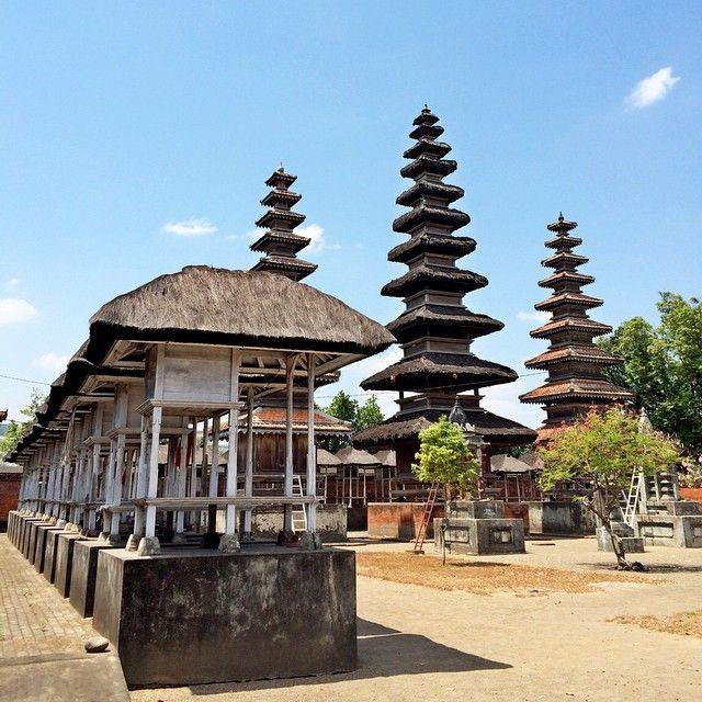 Pura terbesar dan terkenal di Pulau Lombok sebagai peninggalan budaya Nusantara dengan khas keindahan pura sebagai tempat wisata yang patut dikunjungi, Pura Meru Cakranegara.[ Photo by instagram.com/marialydiap]