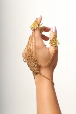 Love this ornamental hand jewellery <3 Looks like it could be Indian gold? Not sure…