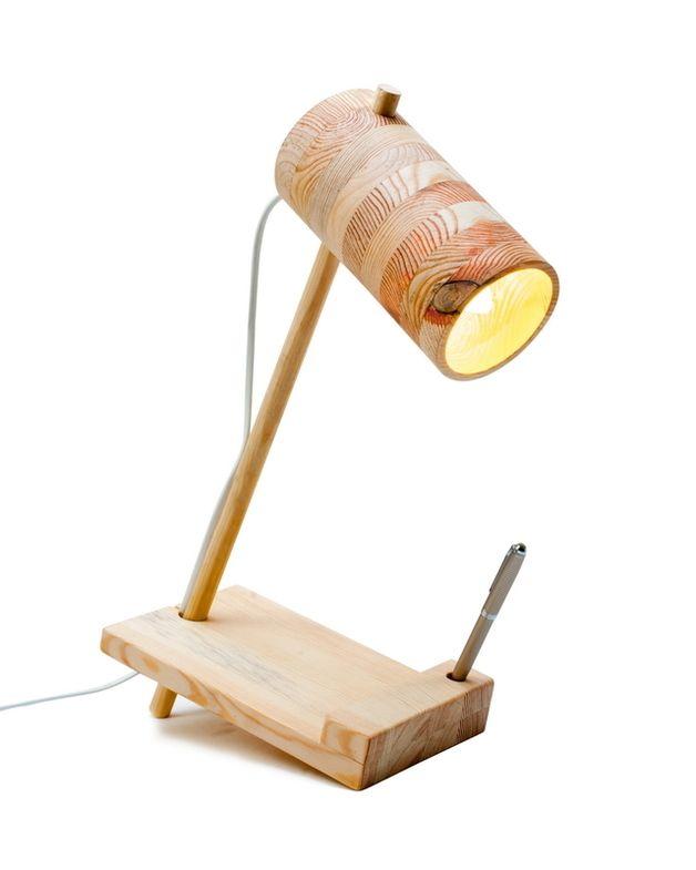 Eine einfache Holzlampe. Es besteht eine Möglichkeit, die Richtung des Lichts einzustellen. Der Holzschirm gibt zusätzlich einen interessanten Lichtspalt.  Eine LED-Glühbirne ist im Paket.