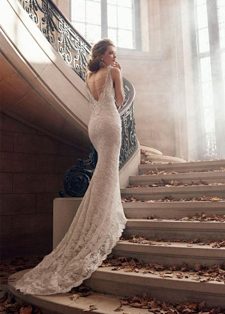 robe de mariée dos nu décoré de chaînettes fines, traîne en dentelle