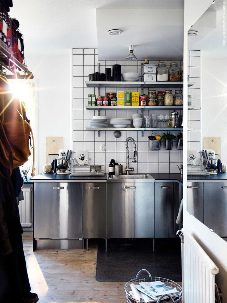 Ur boken HITTA Del 2. Ett rejält kök med en professionell känsla. GREVSTA rostfria köksfront med VÄRDE handtag.