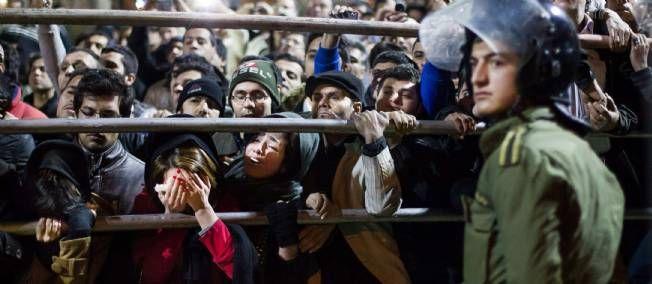 21.01.2013 / En Iran, la potence fait fureur. / Une foule de badauds réagit à la pendaison d'Alireza Mafiha et de Mohammad Ali Sarvari, dimanche, dans un parc de Téhéran.