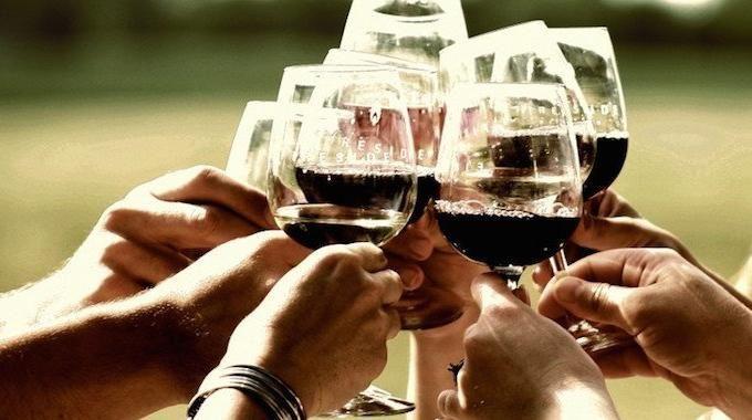 Quoi de mieux qu'un bon verre de vin rouge pour se détendre après une longue journée ? Mais il n'y a pas que la détente. Plusieurs études scientifiques indiquent que le vin rouge peut aussi