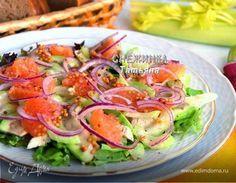 Салат с авокадо, курицей, сельдереем и грейпфрутом. Ингредиенты: грейпфрутовый сок, салат листовой, курица тушка