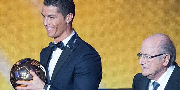 Yılın en büyük ödülü altın topu 2. kez Cristiano Ronaldo kazandı. Messi ikinci, Neuer ise üçüncü oldu.