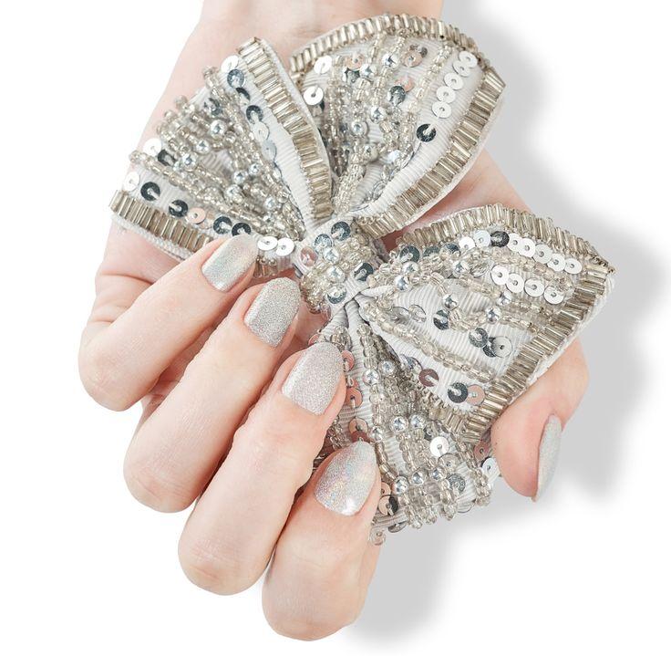 ZILA FLASH 122 Titanium, nasz ukochany szaraczek - pasuje do wszystkiego, dodatkowo podkręcony holograficznym pyłkiem! Niesamowicie lśni w słońcu.    #zila #zilanails #zilalakiery #lakieryzila  #mani #manicure #nailart #nailporn #nails #paznokcie #drogeriapl #drogeria.pl