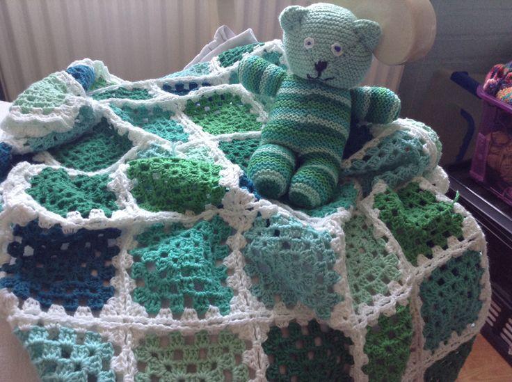 Et hæklet babytæppe med strikket bamse