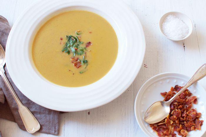 """Gosta de castanhas? A poucos dias do São Martinho, este fruto é a """"estrela"""" de uma sopa que aquece o corpo e a alma. #Creme_de_castanhas_com_bacon_estaladiço #receitas #sopas #castanhas #bacon #frio #outono"""