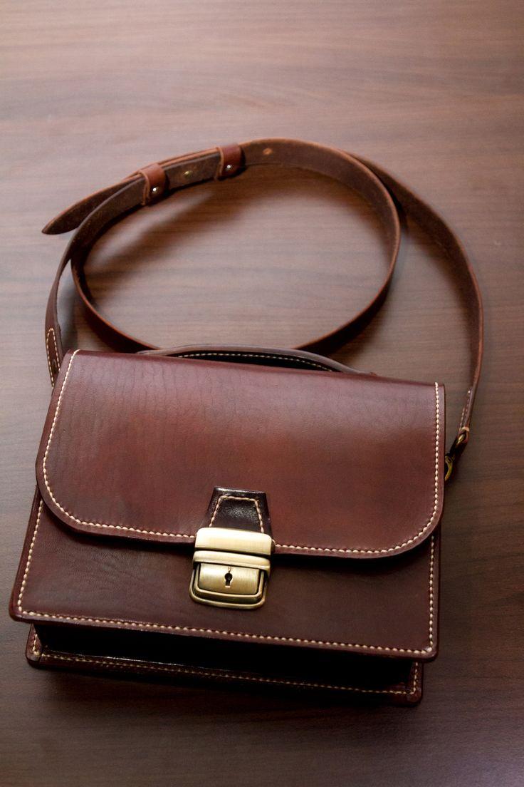 Veg tanned cowhide messenger bag. Size: 23/18/6 cm. Hand stiched. Dark brown dye #leatherbagshandmade #leathershoulderbags #RamielLeatherCrafts #messengerbags #leatherbags #crossbodybagformen #shoulderleatherbag #vegtannedleather #leather #bags #messenger #fullgrainleather