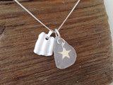 """An dieser 925er Sterlin Silber Halskette ist der Swarovski Kristallanhänger """"Seestern"""" der Hingucker. Neben einem dunkelfarbenen Kieselstein und weissen Zuchtperlen hat er seinen Glanzauftritt.  ..."""