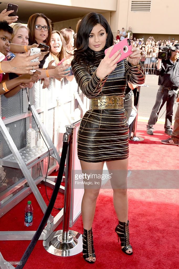 Kylie Jenner poses for a #selfie with fans during 2015 Billboard Music Awards (Photo by Jeff Kravitz) | #BBMAs