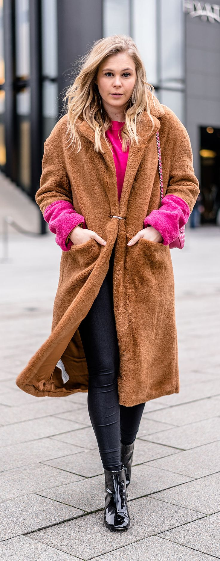Camel Coat mit pinken Details - Camel & Pink das perfekte Color Blocking Duo // mantel, teddyfell, outfit, ootd, winter, frühling, spring, streestyle, look, fashion, frauen, women, girls, tasche, bag, blogger, blog, düsseldorf, berlin, hamburg, münchen, paris, new york, london, mailand, Blond, Blonde, Designer, Trend, It-Piece, Must-Have, Germany, Sunnyinga, 2018
