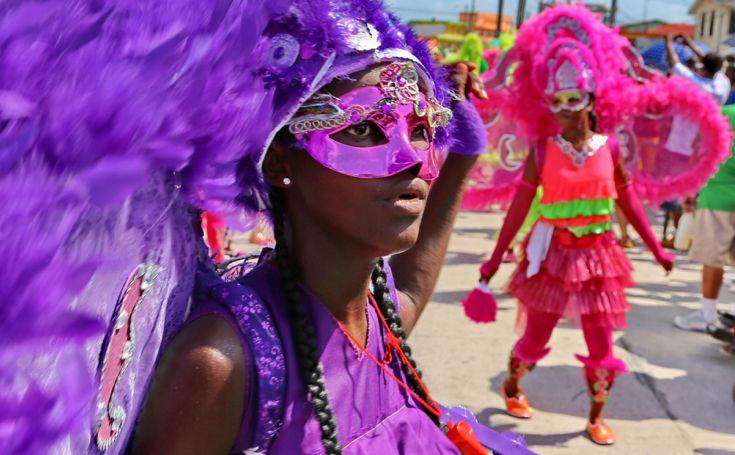 """Proprio a San Pedro nel centro del paese la gente vestita di """"colori"""" si sfida a suon di musica e rimango a bocca aperta ogni volta che i miei occhi si posano su qualcosa di nuovo. I tamburi e i passi delle danze tipiche ovviamente non potevano mancare."""
