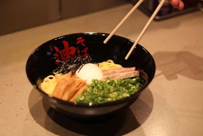 東京中心に展開している油そば専門店が仙台に出店した。こだわりの麺と秘伝のたれの相性は抜群だ!