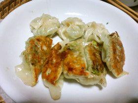 ベジタリアンの焼き餃子と蒸しモモ風
