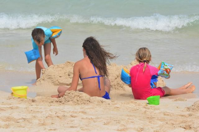 Niezbędne rzeczy, o których musisz pamiętać, gdy wybierasz się na plażę z dzieckiem. #podróż #podróże #dzieci #plaża