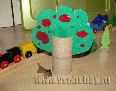 дерево с кроной вставленной в прорези на рулончике от туалетной бумаги