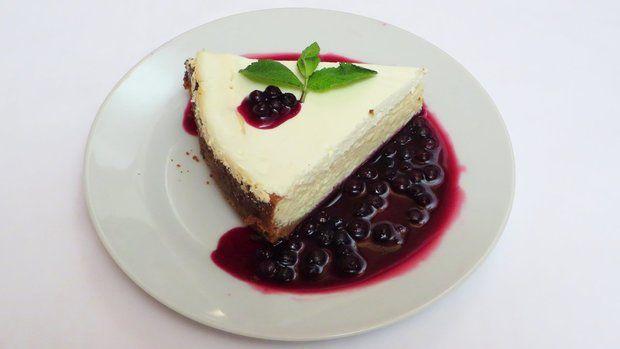 Pečený cheesecake byl výborný a pikantní borůvková omáčka mu dodala ten správný říz.