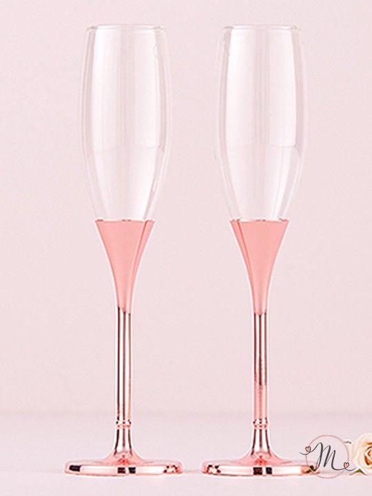 Set Calici rosa cristalli.  Per un brindisi elegante, raffinato, originale e in tema con le vostre nozze.  Ideale anche come regallo di nozze, renderanno il momento del brindisi ancora più unico. La confezione comprende i due pezzi in foto.  I cristalli rosa sablè sono sulla base. Misure: 25 cm. #matrimonio #wedding #flut #calici #rosa #cristalli #nozze #ceremony