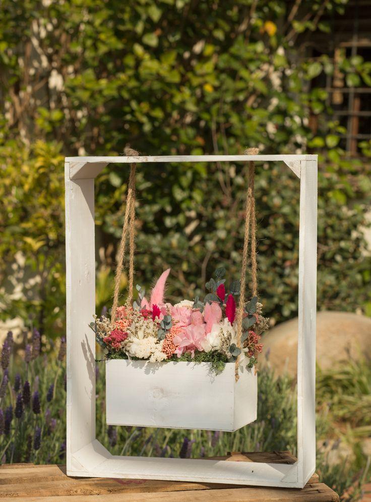 Columpio de madera pintado, decorativo para eventos con flores.  #Columpio #madera #pintado #decorativo #eventos #flores