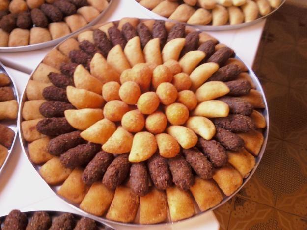Kit contendo:   01 bolo 20 fatias   50 docinhos (mini churros em copinhos ou docinhos tradicionais   100 salgadinhos - r$ 210,00  ...