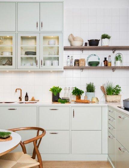 Satsa på mjuka färger, trä och obehandlat skinn i köket!