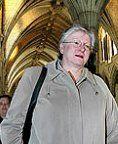 """Sheila Fraser """"le scandale des commandites"""". Le rapport explique notamment comment 100 des 250 millions du budget du programme fédéral de commandites se sont retrouvés dans les poches de quelques firmes de publicité et de communication au lendemain de la mince victoire du «non» au référendum de 1995. Pendant près de six ans, des entreprises amies du Parti libéral du Canada ont encaissé plus de 100 millions de dollars d'un fonds servant à commanditer différents événements culturels et…"""