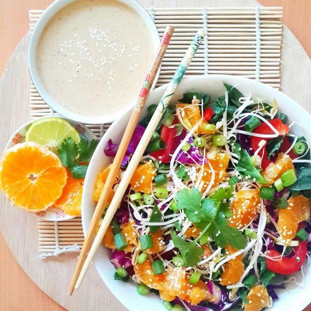1. 'Rauwe' Pad Thai met spinazie, paprika en sinaasappel 2. Spring rolls met quinoa en een dipsaus van cashewnoten 3. Taco's van kool met tofu in Thaise pindasaus 4. Glutenvrije chocolade brownies 5. Komkommerrolletjes met vinaigrette van appel en citrussalade 6. Linzen in barbecuesaus met polenta 7. Vegan gebakken rijst 8. Bisque van gember en […]